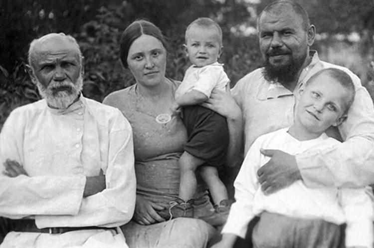 В детстве (на руках) с родителями, братом и дедом