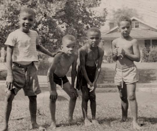 В детстве (слева)