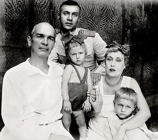 Олег (справа снизу) с родителями и братьями