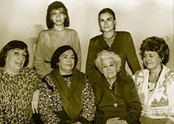 Люция (вторая слева) и мать Закия рядом