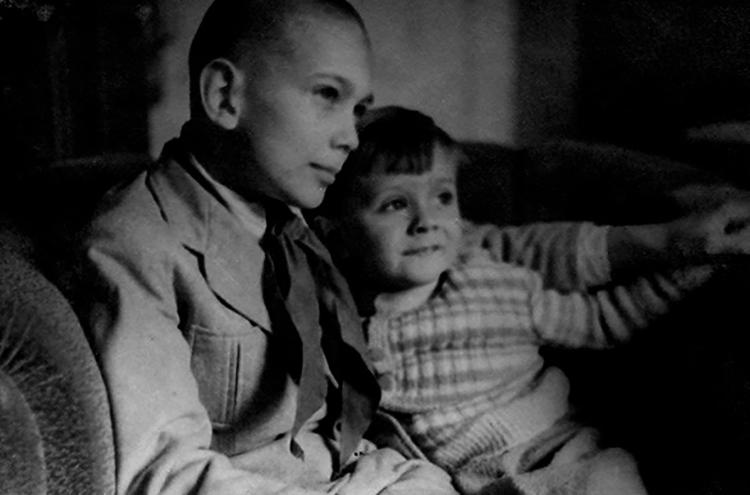 С братом Никитой в детстве