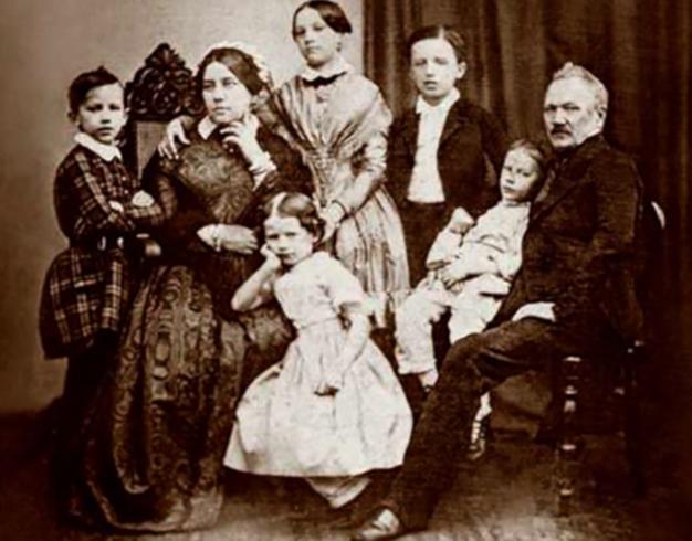 Петр (слева) с семьей в детстве