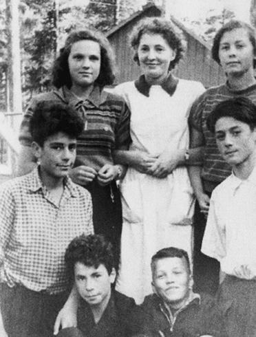 В пионерском лагере (слева)