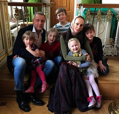 С женой Полиной и детьми