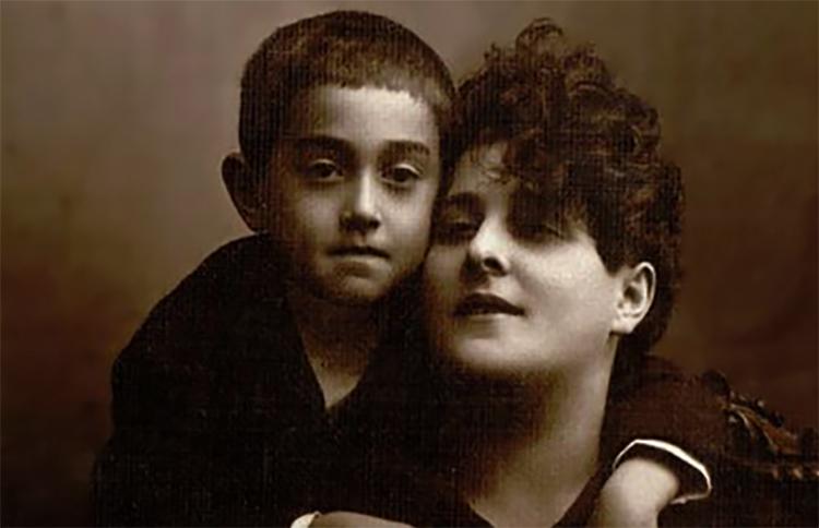С матерью Ритой в возрасте 4 лет