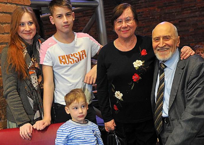 С женой, дочерью и внуками