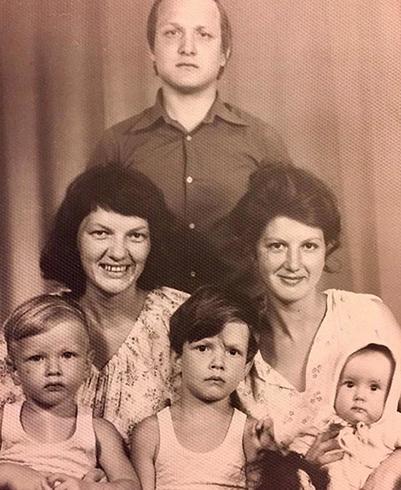 С семьей в детстве (слева)
