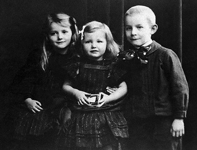 С сестрами в детстве