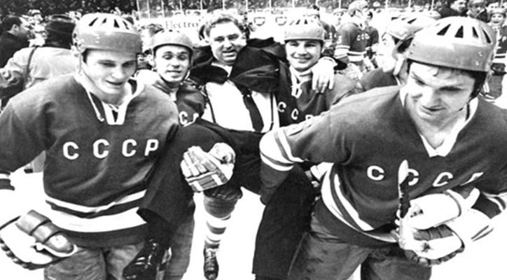 Анатолий Тарасов и благодарные хоккеисты