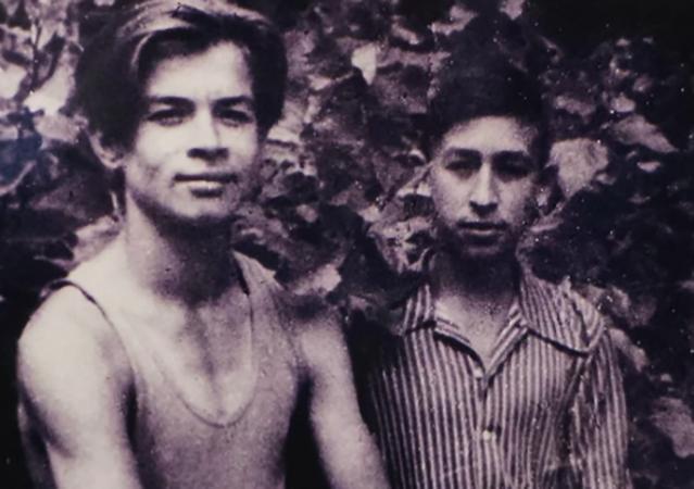 В юности (слева)