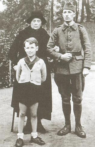 Софья Федоровна (вдова Колчака) с сыном Ростиславом и внуком Александром