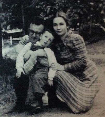 С Аглаей и сыном Юрием (1950)