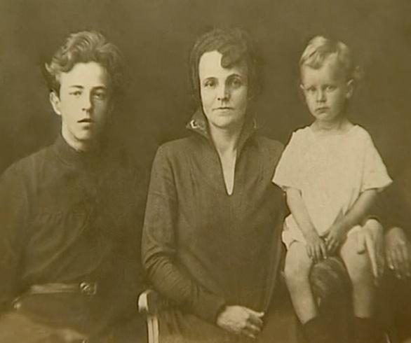 С матерью и сестрой Тамарой