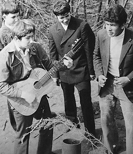 Николай (справа) в составе ВИА «Шестеро молодых»