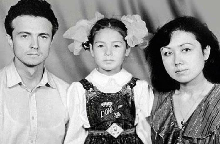 С родителями в детстве