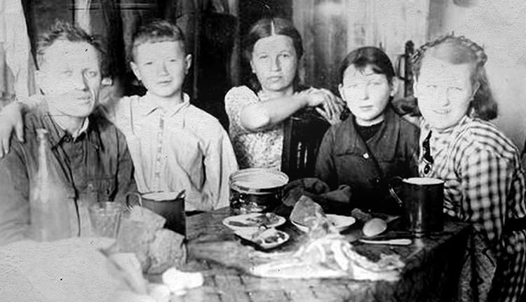 Леонид Быков (второй слева) с семьей в детстве