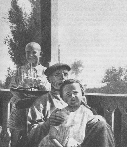 С отцом Михаилом Дмитриевичем и братом Романом (1917)
