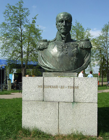 Бюст М. Б. Барклай-де-Толли перед зданием Бородинского музея