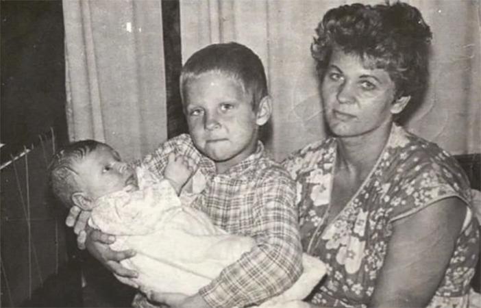 Александр Емельяненко с мамой на руках у брата Федора