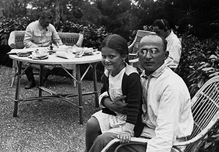 Л. Берия с дочерью И. Сталина Светланой на подмосковной даче (1935)