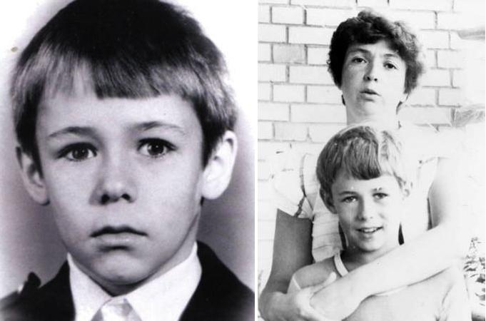 В детстве (справа с мамой)