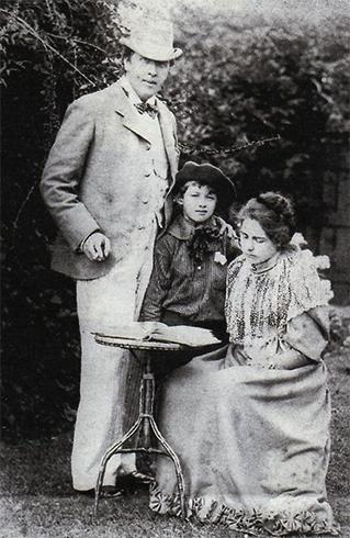 С женой Констанс Мери Ллойд и сыном