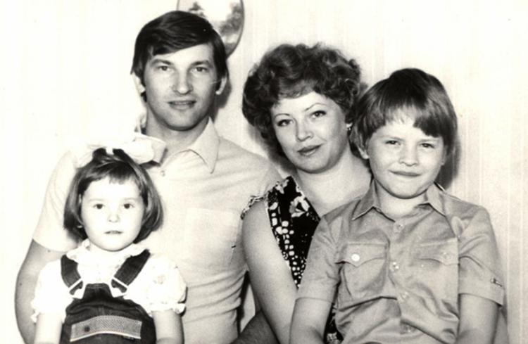С женой и детьми в молодости