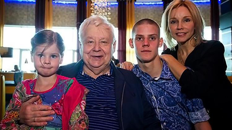 С мужем Олегом Табаковым и детьми