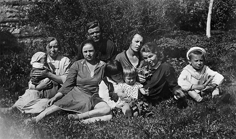 Н. Ватутин с семьей на отдыхе (1930-ые)