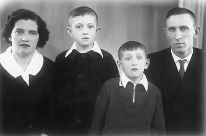 Олег Митяев (второй справа) с семьей в детстве