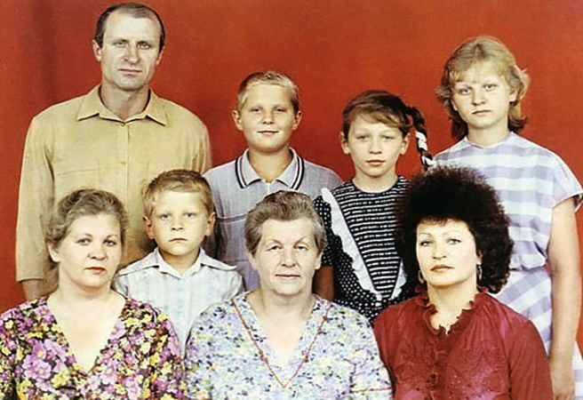 Александр Емельяненко (второй слева, снизу) с семьей в детстве