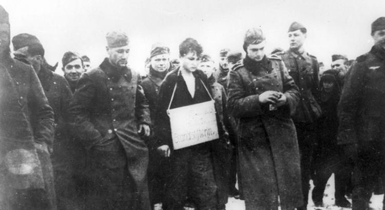 З. Космодемьянскую ведут на казнь