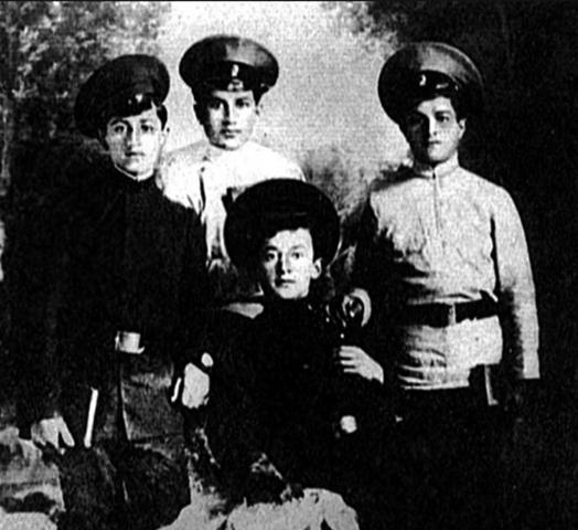 Лаврентий Берия (в центре) во время учебы в Сухумском высшем начальном училище