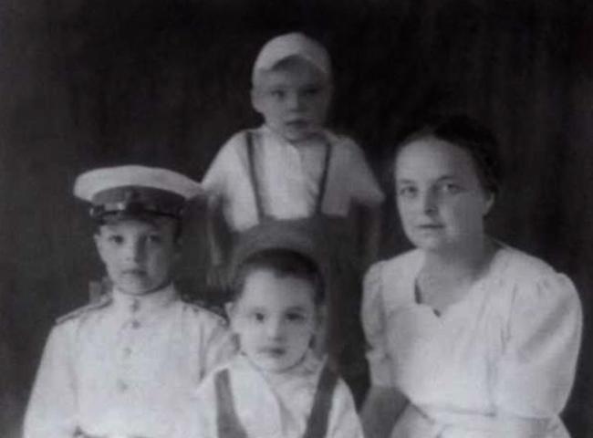 Марина Дмитриевна с сыновьями Алексеем, Сергеем и Борисом (1947)