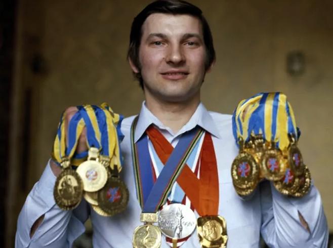 Владислав Третьяк с медалями в молодости