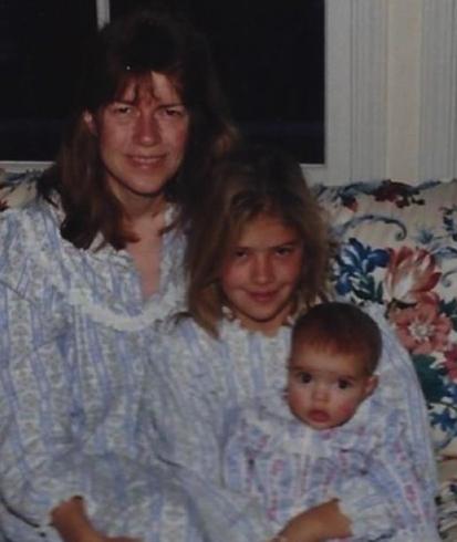 С мамой и сестрой в детстве