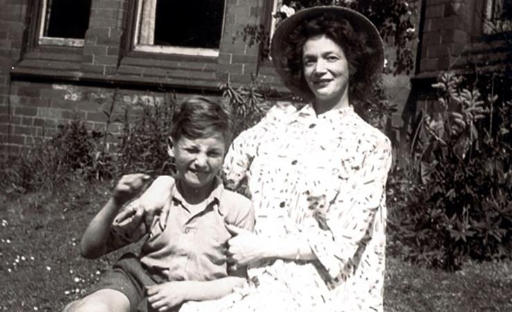Джон Леннон с мамой