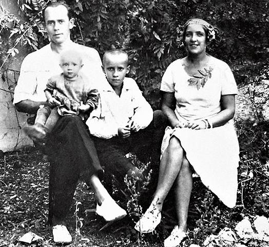 Олег Анофриев (на коленях) с родителями и старшим братом