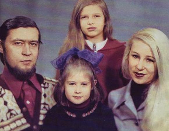 С родителями и сестрой