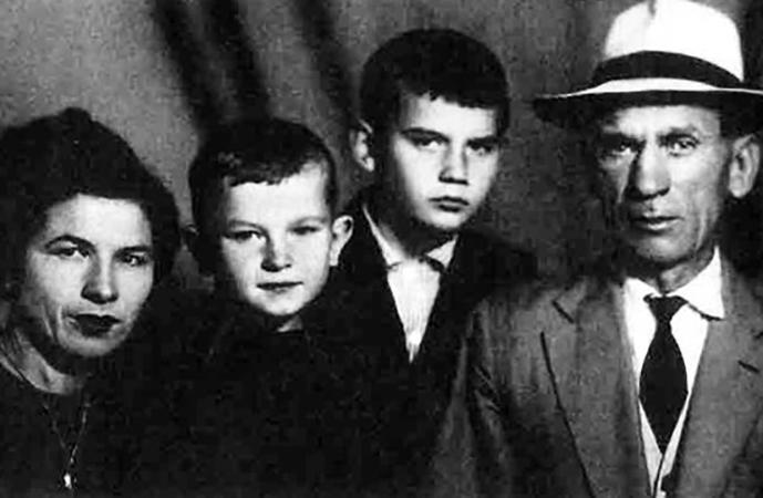 Игорь (второй слева) с родителями и братом