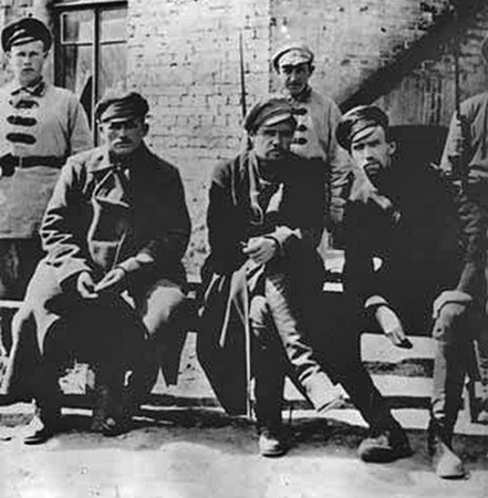 Анатолий Пепеляев (в центре) перед судом в Чите 1923