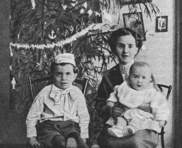 С матерью Анной Спиридоновной и братом Романом (1913)