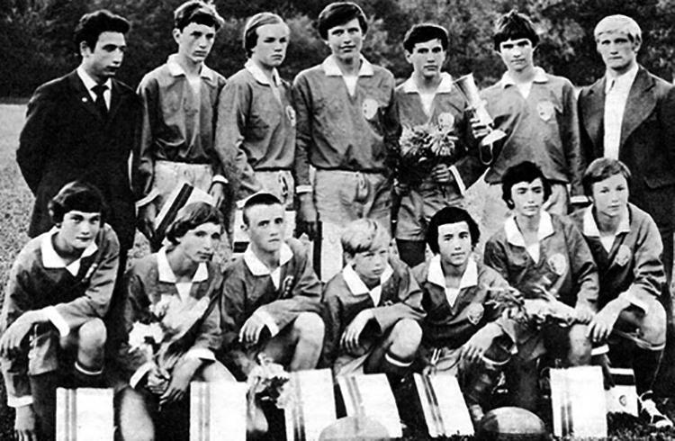 В 1975 г. (слева снизу) в составе команды «Слава»
