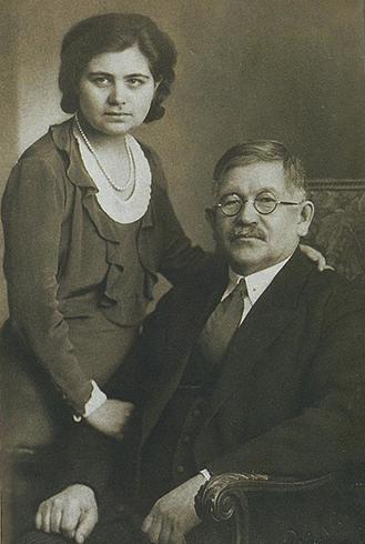 С дочерью Сагадат (1931)