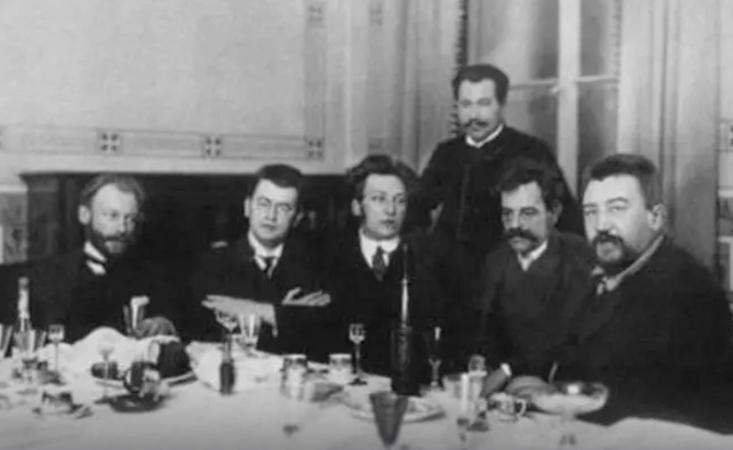 А.Аверченко (второй слева). Редакция журнала «Сатирикон» (1909)