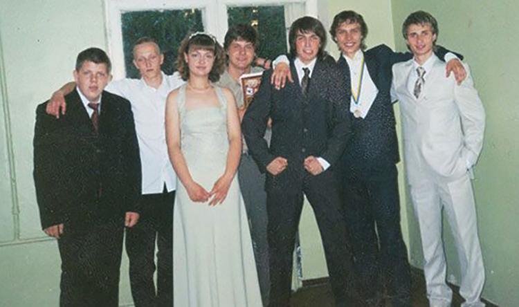 Михаил Пшеничный (третий справа) в школьные годы