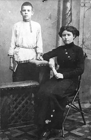 М. Исаковский с учительницей Е.С. Горанской (1913)