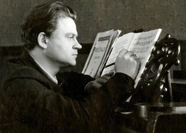 Тихон Хренников за сочинением симфонии