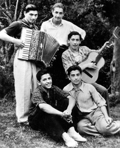 Вахтанг Кикабидзе (справа, снизу) в юности