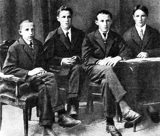 Юрий (второй слева) с одноклассникам